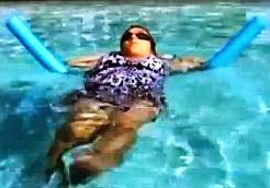 pływanie w ciąży z makaronem na plecach
