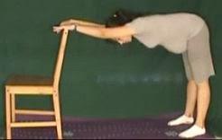 ćwiczenia rozciągające w ciąży na  kręgosłup przy krześle