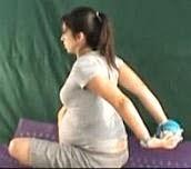 Ćwiczenie rozciągające mięśnie z piłką