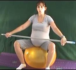 ćwiczenia w ciąży na piłce z laską