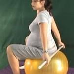 Ćwiczenia wzmacniające górną część pleców z laską na piłce – III trymestr