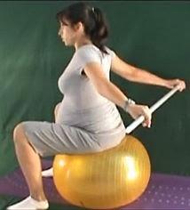 ćwiczenie rozciągające mięśnie piersiowe na piłce
