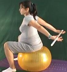 ćwiczenie rozciągające mięśnie piersiowe w ciąży z laską