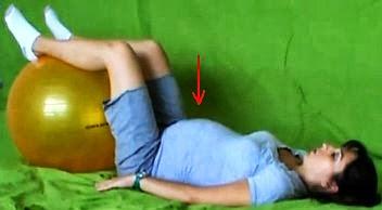 ćwiczenia w ciąży z piłką w leżeniu na plecach