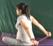 ćwiczenie rozciągające mięśnie piersiowe z taśmą na plecy