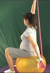 ćwiczenia w ciąży z taśmą na dużej piłce
