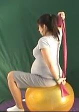 ćwiczenie rozciągające mięśnie piersiowe w ciąży na dużej piłce