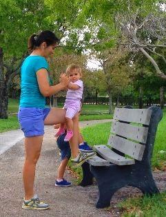 ćwiczenia z dzieckiem, ćwiczenia łydki, ćwiczenia na ławce, ćwiczenia w parku