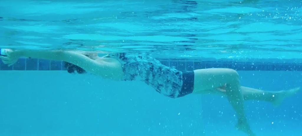 pływanie na plecach z deską
