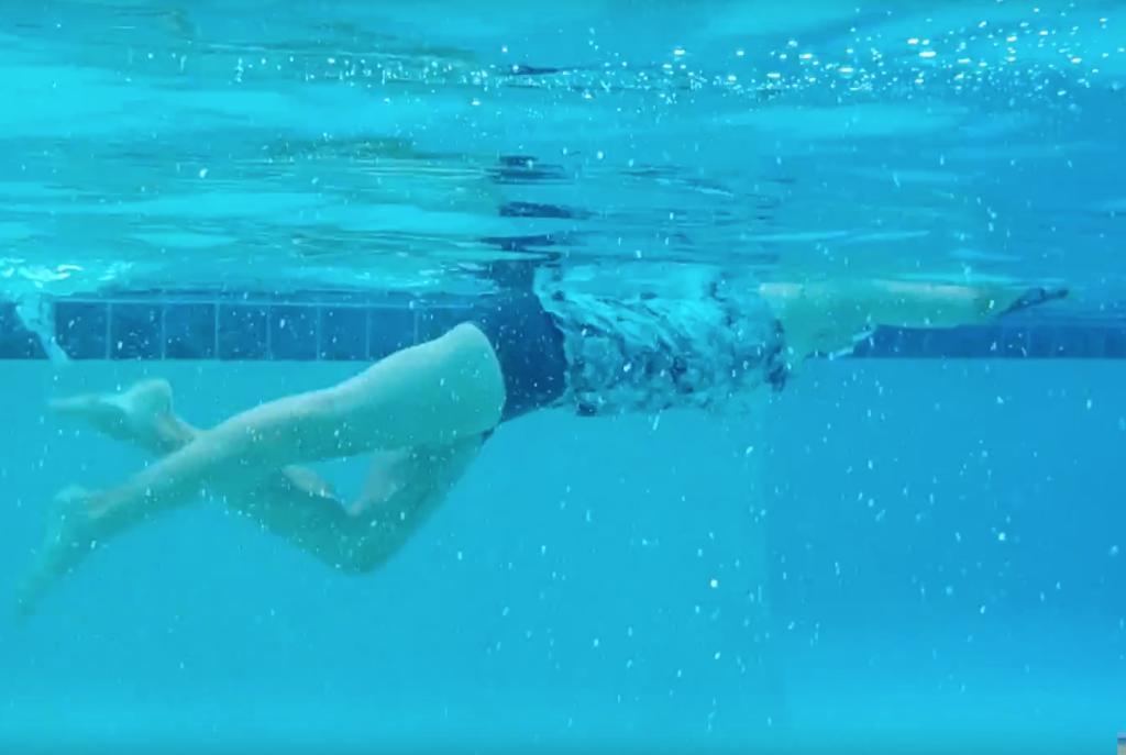 pływanie przodem z deską