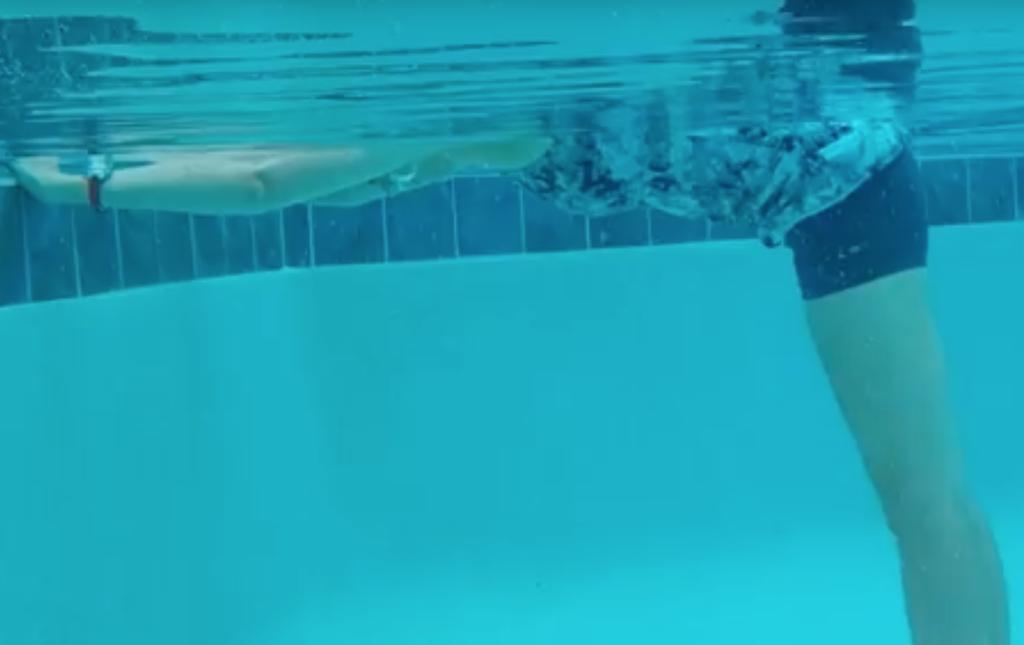 wydychanie powietrza do wody przy brzegu basenu