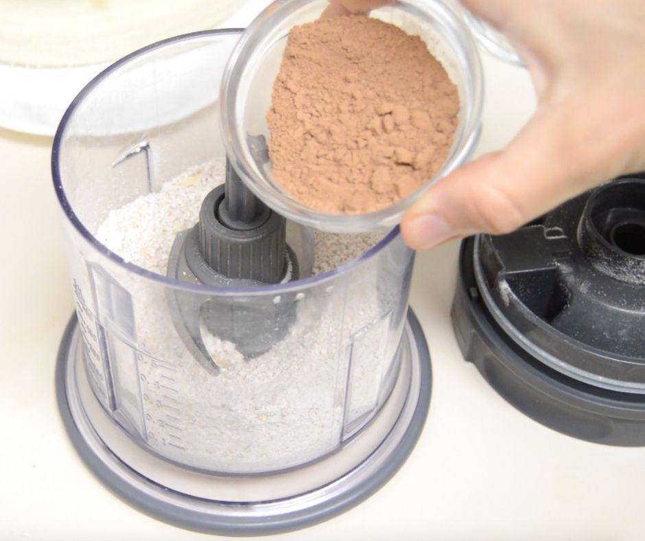 dodawanie kakao do płatków owsianych w mikserze